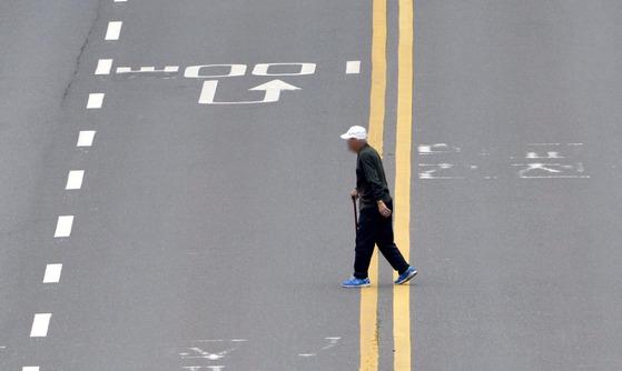 심야 시간대 무단 횡단을 하다가 교통 사고를 당하는 노인이 늘고 있다. [중앙포토]