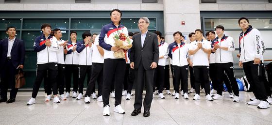 2018 아시안게임에서 금메달을 딴 야구대표팀이 지난 3일 인천공항으로 입국했다. 선동열 감독이 정운찬 KBO 총재로부터 축하를 받고 있다. [뉴시스]