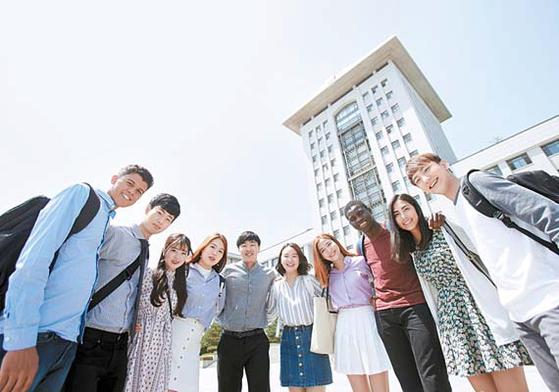 유학생 비율이 지역사립대 중 1위인 선문대에는 73개국 1344명의 외국 유학생이 재학하고 있다. 사진은 본관 앞에서 활짝 웃고 있는 유학생과 재학생 모습. [사진 선문대]