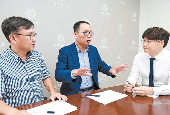 홍대식 연세대 공과대학장(가운데)이 이상윤 연세 AI 연구단장(왼쪽), 김선주 컴퓨터과학과 교수와 AI 교육 방향을 협의하고 있다. [프리랜서 인성욱]
