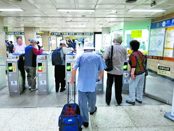 지난달 30일 오후 1시 어르신들이 서울 지하철 1호선 종로3가역의 개찰구를 통과하고 있다. 1~8호선 법정 무임승객의 80% 가량이 65세 이상 노인이다. 지난해 무임승차 손실액은 5752억원에 달했다. [임선영 기자]