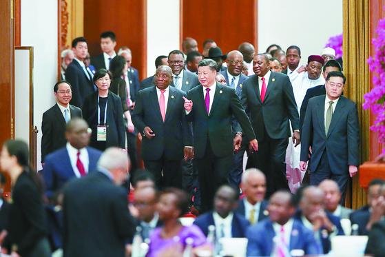 시진핑 중국 국가주석(가운데)이 4일 베이징 인민대회당에서 이틀째 열리고 있는 중국·아프리카 협력 정상회의에 참석하고 있다. 이 정상회의에는 아프리카 53개국 정상들이 참석했다. [베이징 EPA=연합뉴스]