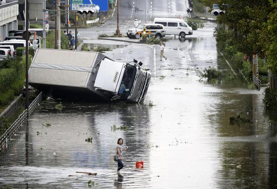 일본 오사카에서 강풍에 휩쓸려 쓰러진 차량이 뒹굴고 있다. [AP=연합뉴스]