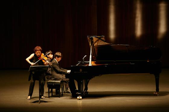 한 무대에서 호흡을 맞추고 있는 바이올리니스트 정경화와 피아니스트 조성진. 두 연주자는 베토벤·슈만·프랑크의 작품을 연주하며 총 8회에 걸쳐 전국 투어 중이다. [사진 구리아트홀]