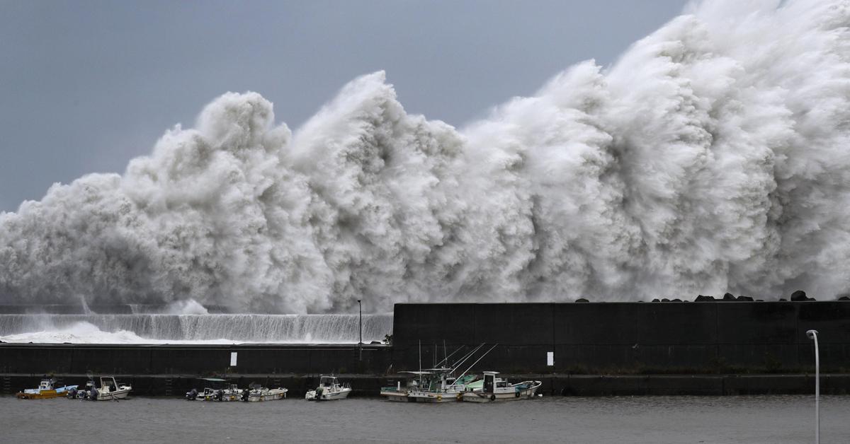 제21호 태풍 제비가 일본 남서부 지역을 상륙한 4일 고치(高知)현 아키(安藝)시의 항구 앞바다에서 거대한 파도가 솟구쳐 오르고 있다. [연합뉴스]