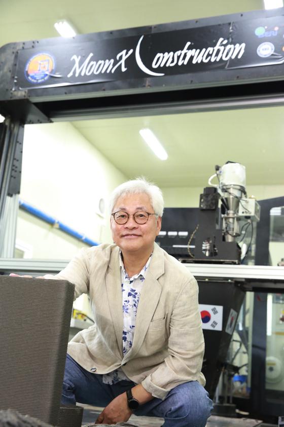 이태식 한양대 건설환경공학과 교수가 경기도 안산 에리카캠퍼스의 실험실에서 자신이 고안한 높이 3m의 초대형 3D프린터 앞에 섰다. [사진 한양대]