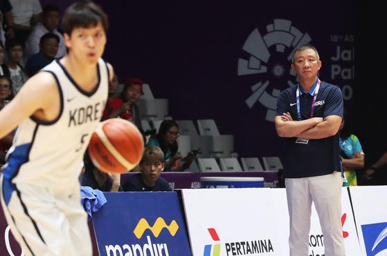 30일 오후(현지시간) 인도네시아 자카르타 겔로라 붕 카르노(GBK) 이스토라 농구장에서 열린 2018 자카르타ㆍ팔렘방 아시안게임 남자 농구 4강 한국과 이란의 경기. 한국 허재 감독이 경기를 지켜보고 있다. [연합뉴스]