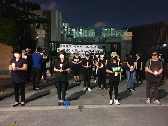 서울 강남구 숙명여고 정문 앞에서 5일 학부모와 졸업생 등이 모여 문제지 유출 의혹에 대한 진상규명을 요구하고 있다. 박태인 기자