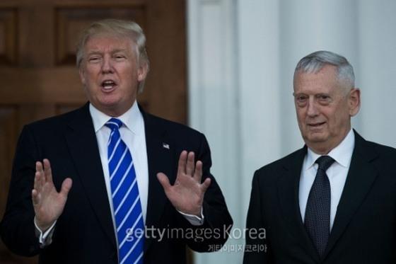 도널드 트럼프 미국 대통령과 제임스 매티스(오른쪽) 미 국방부 장관.
