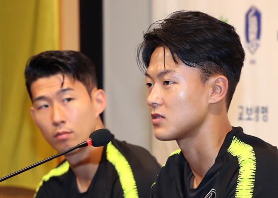 이승우(오른쪽)가 대표팀 동료 손흥민과 함께 기자회견에 참석해 취재진의 질문에 답하고 있다. [연합뉴스]