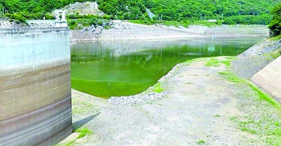 물 부족 현상이 빈번하게 나타나는 충남 보령댐. 금강 물을 끌어오는 도수로가 건설돼 있으나 비용 문제 때문에 도수로는 가뭄이 극심할 경우에만 가동된다. [중앙포토]