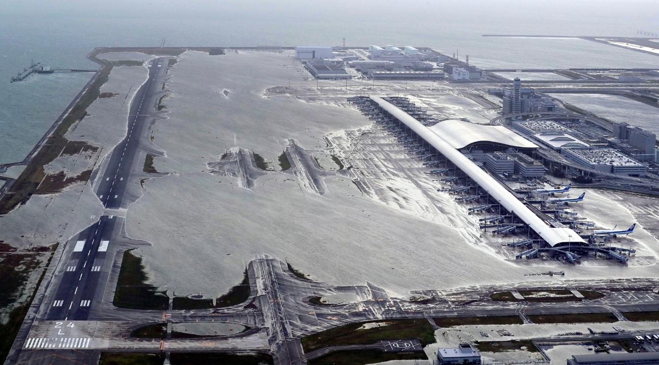 제21호 태풍 '제비'가 4일 일본 열도에 상륙하면서 일본 오사카(大阪)의 중심 공항인 간사이(關西) 공항이 침수됐다. [AP=연합뉴스]