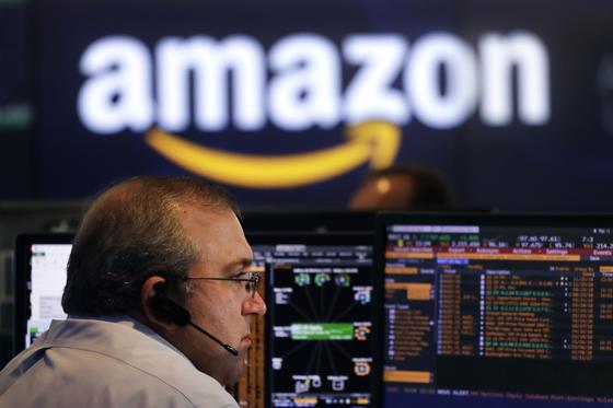 미국 뉴욕증시 나스닥 관계자가 4일 시장 상황을 주시하고 있다. 이날 아마존 시가총액이 1조 달러를 넘었다. [AP=연합뉴스]