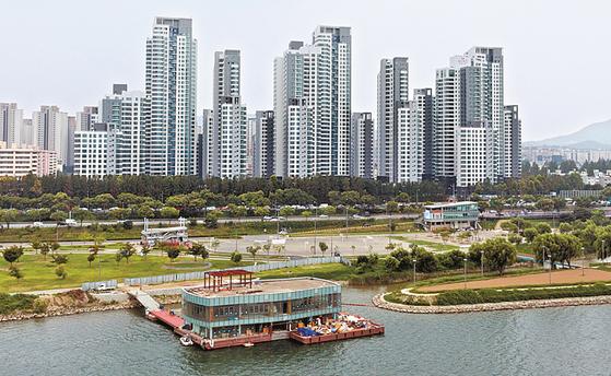 3.3㎡당 1억원까지 거래됐다고 알려진 서울 서초구 아크로리버파크. 일부 거래가 임대주택 등록제도 허점을 이용해 이뤄진 것으로 의심된다. [중앙포토]