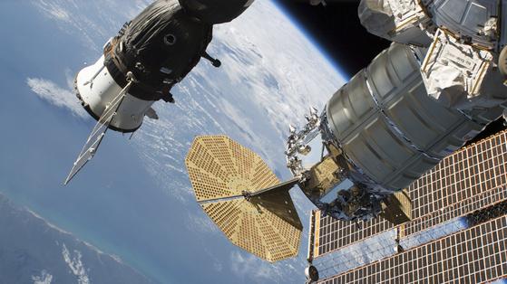 지난 6월 국제우주정거장에 도킹한 러시아 소유스 MS-09(왼쪽)의 모습. [NASA 제공]