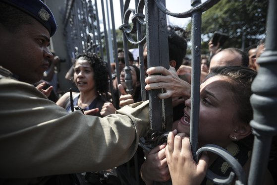 리우데자네이루 국립박물관 앞에서 화재 진상 조사를 요구하는 시위대. [EPA=연합뉴스]
