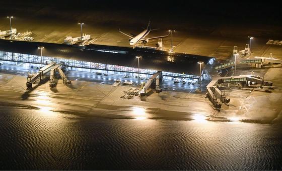 4일 밤 폭우로 폐쇄된 간사이 공항의 모습. 승객 3000여 명이 공항 안에 고립됐다. [로이터=연합뉴스]