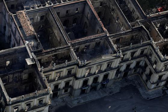 3일(현지시간) 공중에서 촬영한 브라질 리우데자네이루 국립박물관의 잔해. 이 박물관의 유물 90% 이상이 불탄 것으로 추정된다. [로이터=연합뉴스]