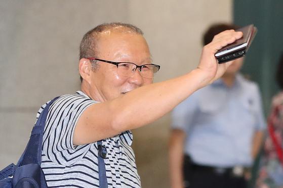 베트남 축구 박항서 감독이 6일 영종도 인천국제공항을 통해 귀국하고 있다.[연합뉴스]