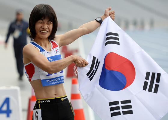 인천장애인아시아경기대회 여자 100m T36 결선에서 금메달을 따낸 전민재. [뉴스1]