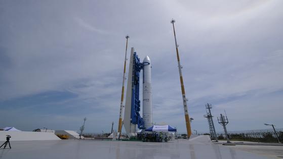 발사대에 기립한 시험발사체 인증모델. 25m 길이에 총무게는 53t에 달한다. [사진 항공우주연구원]