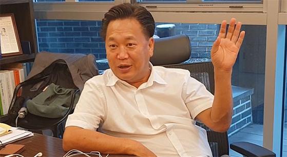 """존 리 메리츠자산운용 대표이사가 30일 서울 종로구 북촌로에 위치한 사무실에서 본지와 인터뷰를 하고 있다. 그는 '장기 투자를 하면 반드시 높은 수익을 올릴 수 있을 것""""이라고 강조했다. [이후연 기자]"""