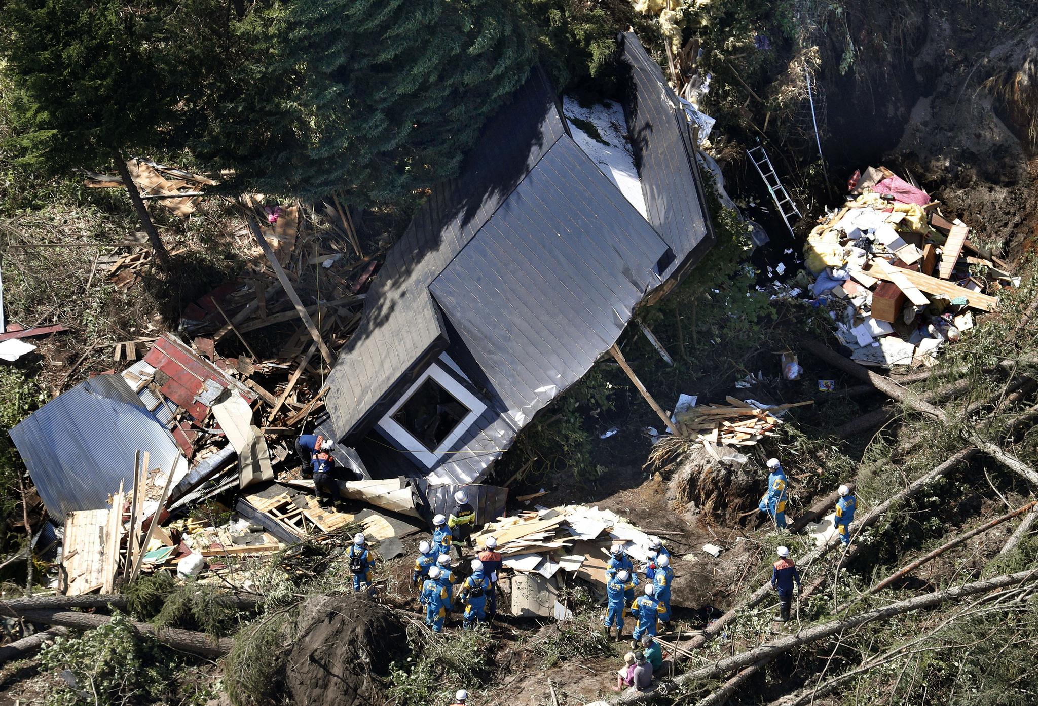 일본 경찰수색대가 6일 홋카이도 아쓰마 지역에서 산사태로 무너진 주택을 살피고 있다. [교토=연합뉴스]