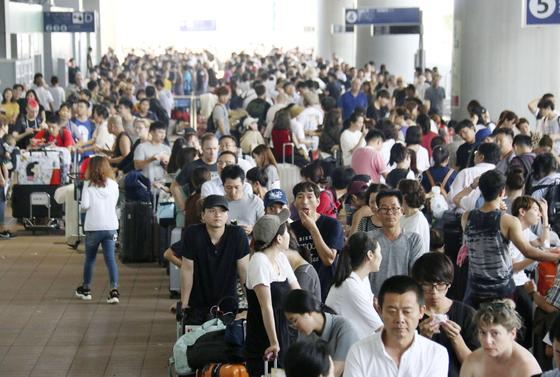5일 간사이 공항에서 버스를 기다리고 있는 승객들의 행렬.[로이터=연합뉴스]