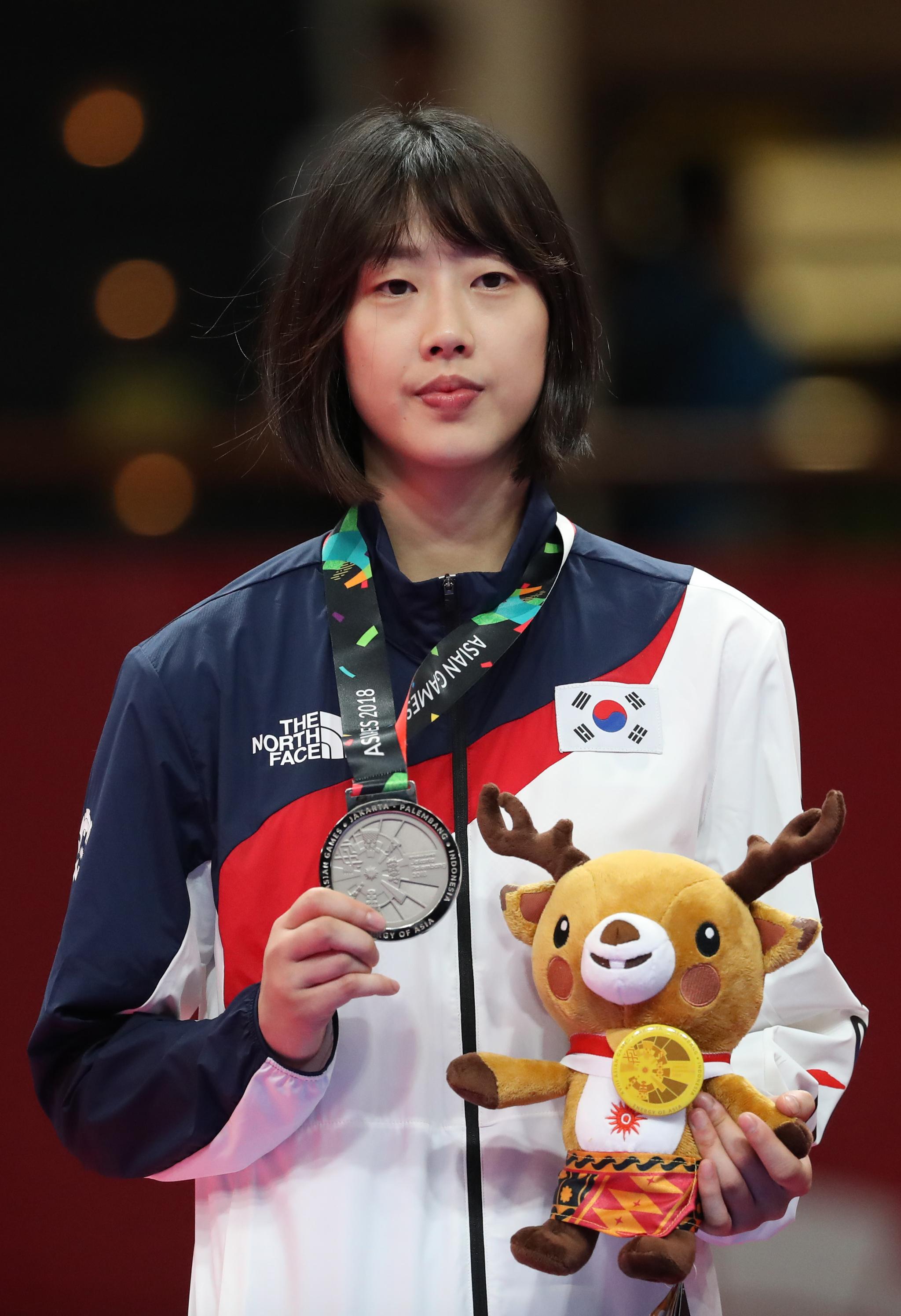 지난달 21일 오후(현지시간) 인도네시아 자카르타 컨벤션센터에서 열린 2018 자카르타-팔렘방 아시안게임 태권도 겨루기 여자 57㎏급 시상식에서 이아름이 은메달을 걸고 있다. [연합뉴스]