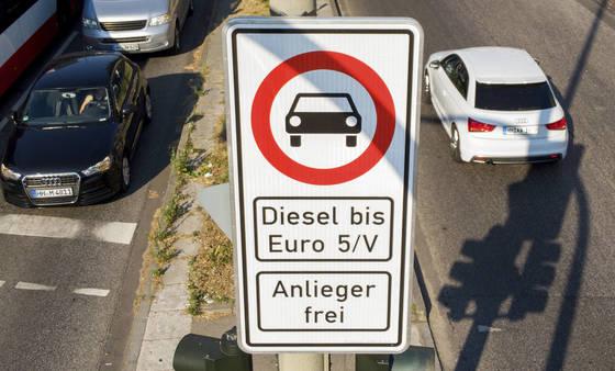 독일 함부르크시 도로에 유로5 배기가스 기준을 충족시키지 못하는 차량의 운행을 금지한다는 표지판이 설치돼 있다. [AP=연합뉴스]