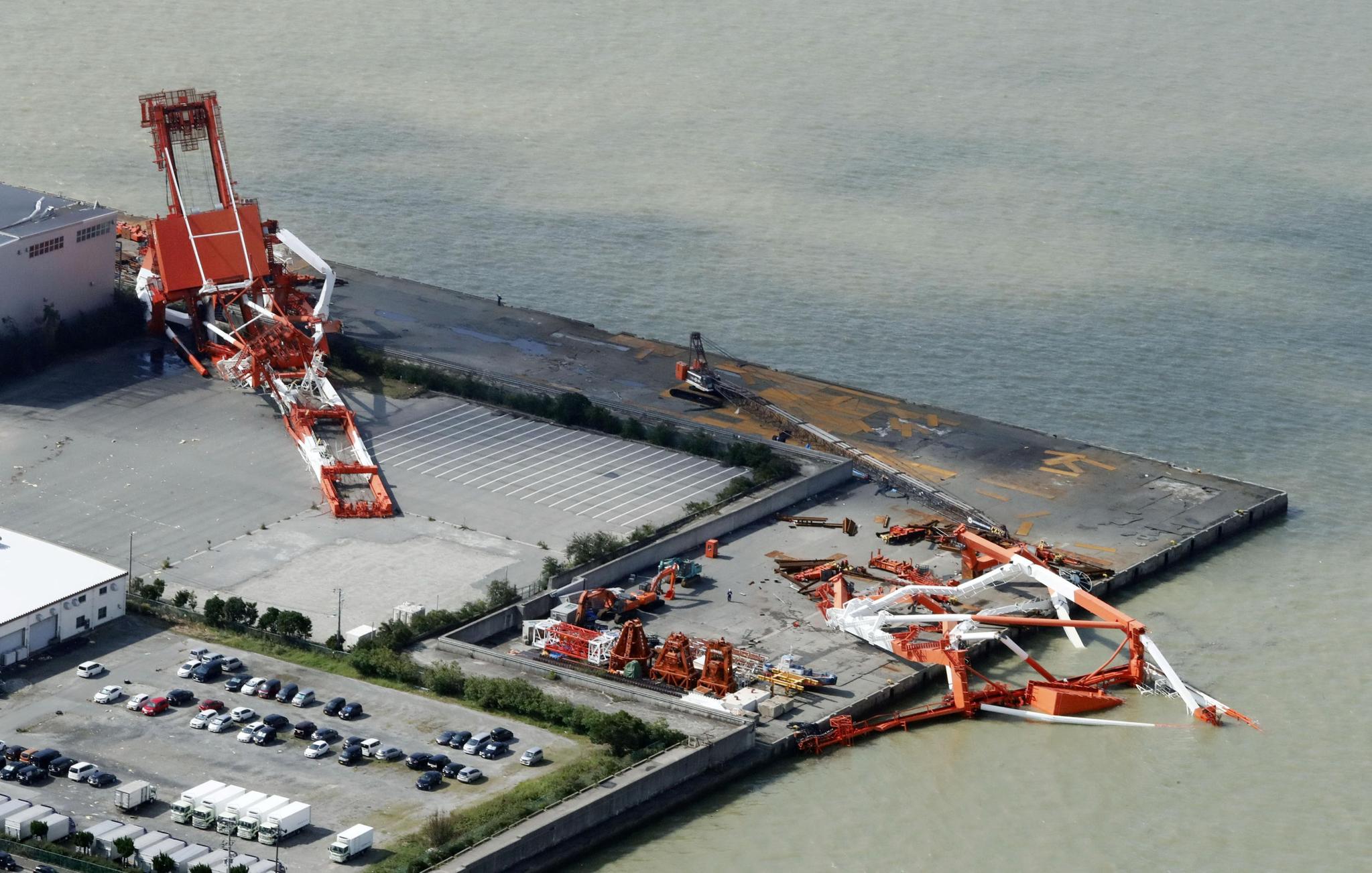 니시노미야 항구의 대형 크레인들이 태풍으로 쓰러졌다. [REUTERS=연합뉴스]