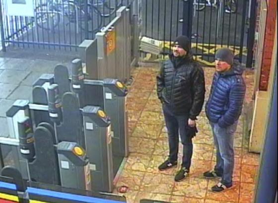 지난 3월 3일 솔즈베리역 CCTV에 포착된 러시아 남성 두명. 영국 검찰은 이들을 전직 러시아 이중 스파이 암살 시도 사건의 용의자로 기소했다. [영국 경찰청 제공]