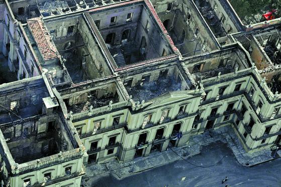 지난 2일 브라질 리우데자네이루에 있는 국립박물관에서 큰 불이 발생해 박물관이 200년에 걸쳐 모은 희귀소장품 2000만점의 90%가 소실됐다.3일 진화 작업이 끝난 브라질 박물관. [로이터=연합뉴스]