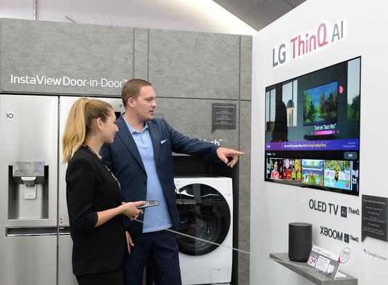독일 베를린 중심가의 전자양판점 미디어파크트 알렉사 매장에 조성된 LG전자 인공지능 '씽큐 체험존'에서 직원들이 음성으로 작동하는 TV·냉장고·로봇청소기 등의 AI 기능을 시연하고 있다. [사진 LG전자]