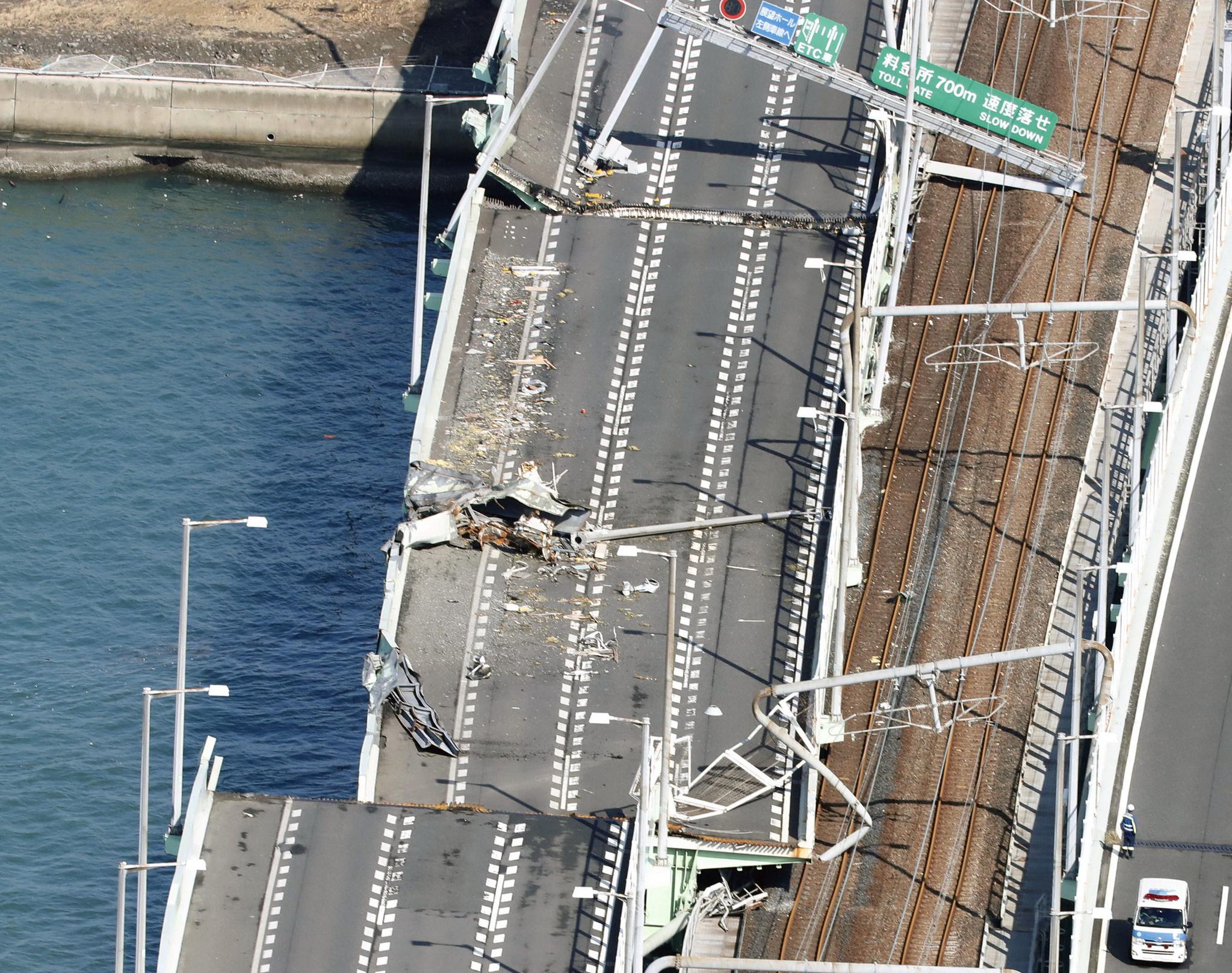 간사이 공항으로 연결되는 바다 위 교량이 강한 바람에 떠밀려 온 2,591톤 유조선과 부딪쳐 파손되었다.[REUTERS=연합뉴스]