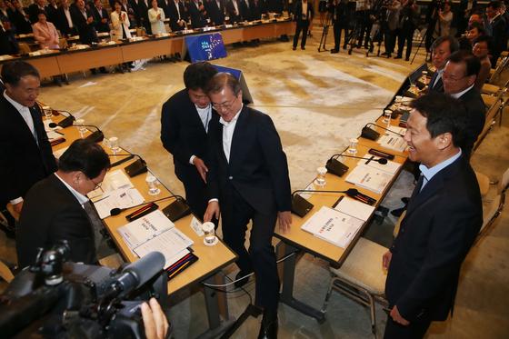 문재인 대통령이 6일 청와대에서 열린 포용국가전략회의에 앞서 참석자들과 인사를 나눈 뒤 자리로 가기 위해 테이블 사이를 지나고 있다. 김상선 기자