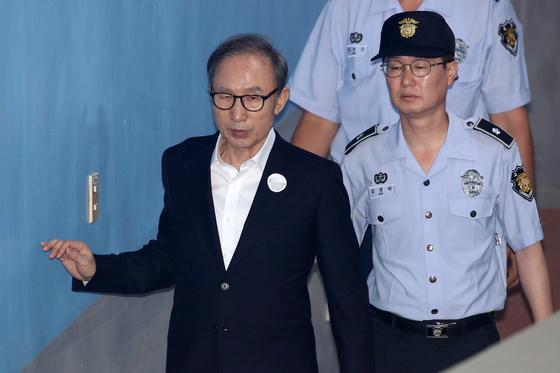 이명박 전 대통령이 6일 오후 서울 서초구 중앙지방법원에서 열린 특정범죄가중처벌법상 뇌물 등 28회 공판에 출석하고 있다. [뉴스1]