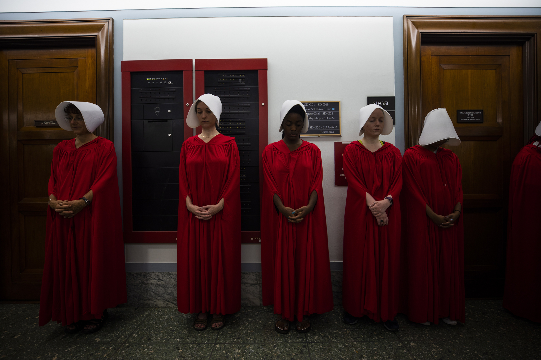 낙태 합법화에 찬성하며 캐버노 대법관 인준에 반대하는 여성들이 5일(현지시간) 청문회장 밖에서 마가렛 애트우드의 소설 ' 시녀이야기 (the handmaid's tale)' 에 나오는 붉은 망토차림의 시녀 복장을하고 시위를 벌이고 있다. [EPA=연합뉴스]