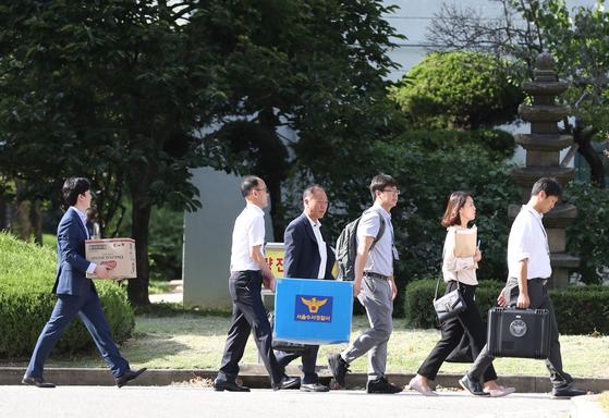 5일 서울 강남구 숙명여자고등학교를 압수수색한 경찰 수사관들이 압수물을 담은 상자를 들고 학교를 나서고 있다. [연합뉴스]