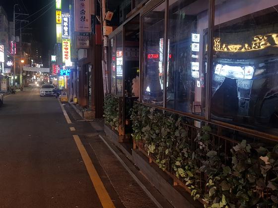 서울의 대표적인 심야상권인 강남구 논현동 영동시장 먹자골목.5일 새벽 3시가 되자 인적이 뜸해졌고, 문을 닫은 업소도 늘어났다. 함종선 기자