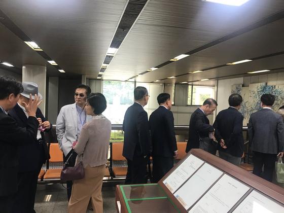공성진(왼쪽 셋째) 전 국회의원 등 옛 친이계 인사들이 6일 열린 이명박 전 대통령의 결심공판을 방청하기 위해 서울중앙지법을 찾았다. 김영민 기자