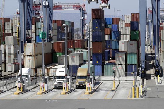 지난 8월 말 미국 캘리포니아주 롱비치 항구에 수출, 수입 상품이 쌓여있다. [AP=연합뉴스]