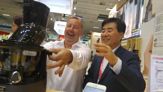 2일(현지 시간) 독일 베를린에서 열린 '국제전자박람회(IFA) 2018'에서 김종부 엔유씨 대표(오른쪽)가 사물인터넷 기술로 '맞춤형 주스'를 만들 수 있는 주스 제조기의 성능을 설명하고 있다. [이상재 기자]