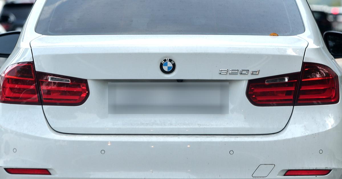 한국에서 연쇄 차량 화재사고로 논란을 빚고 있는 BMW 리콜 대상인 320d 차량이 서울의 한 도로에서 운행을 하고 있다. [연합뉴스]