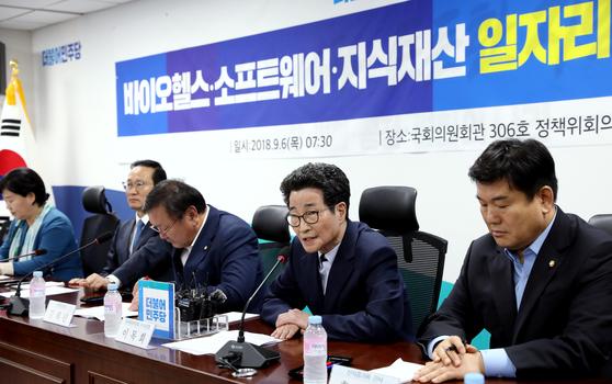이목희 일자리위원회 부위원장(오른쪽 두 번째)이 6일 오전 서울 여의도 국회 의원회관에서 열린 바이오헬스·소프트웨어·지식재산 일자리 창출 당정협의에서 모두발언을 하고 있다. [뉴스1]