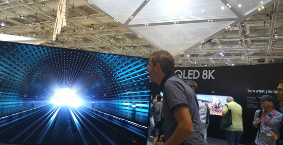 삼성전자가 세계 최초로 출시를 선언한 8K QLED TV.