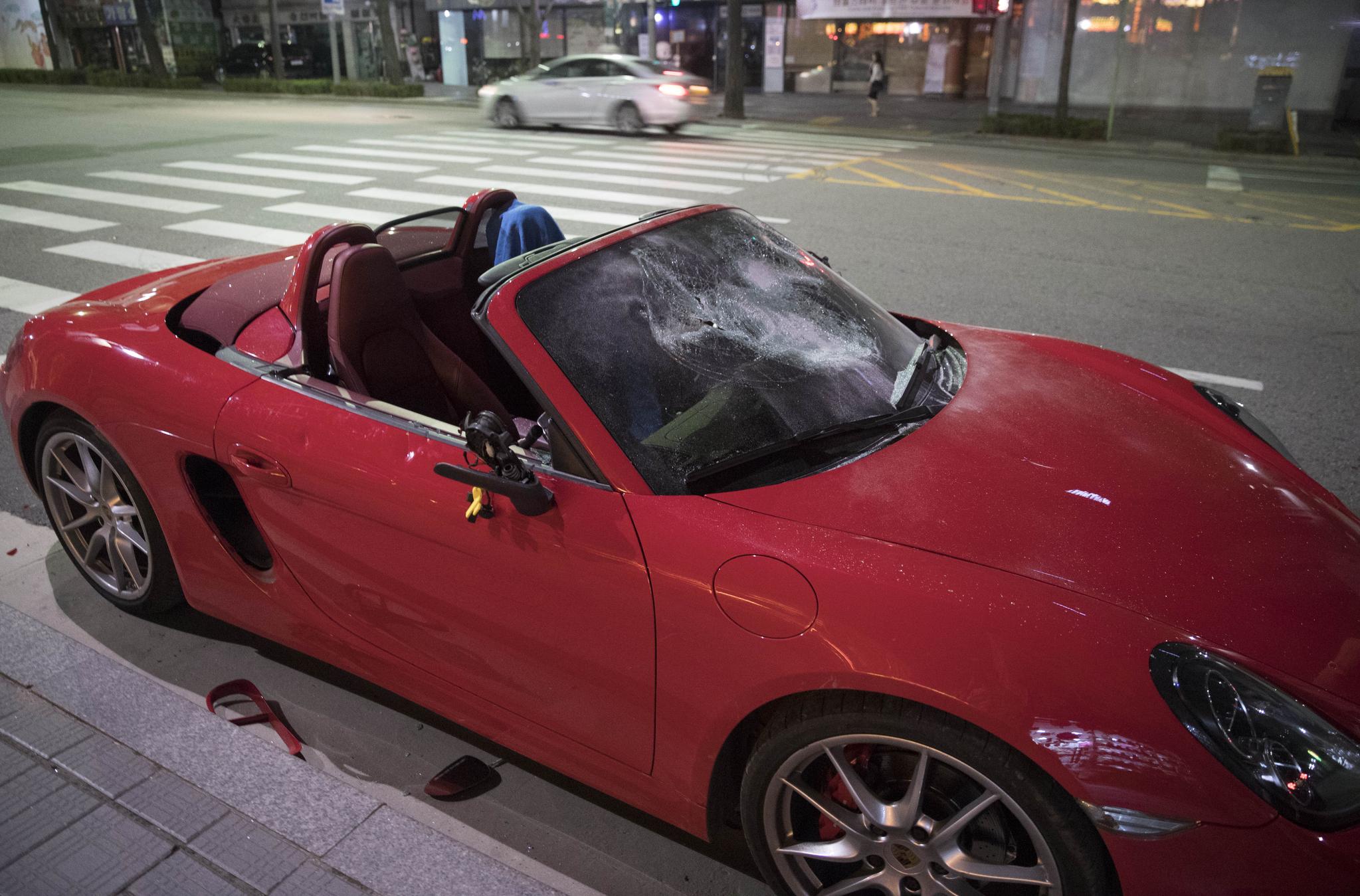 5일 오후 서울 조계사에서 한 남성이 술에 취한 채 자신의 고급 외제차를 골프채로 부수는 소동을 벌이다가 경찰에 제지됐다. 사진은 파손된 상태로 조계사 앞에 주차돼 있는 차량의 모습. [연합뉴스]