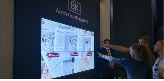 LG전자가 선보인 세계 최대 88인치 8K OLED TV.