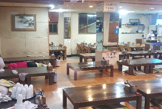 서울 강남의 한 식당은 새벽 3시가 넘어가자 손님이 없어 직원들이 식당 문을 열고 불을 켜 놓은채 식당 한 구석에 누워 휴식을 취하고 있다. 함종선 기자