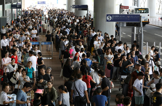 5일 간사이 공항에서 버스를 기다리고 있는 승객들의 행렬.[EPA=연합뉴스]